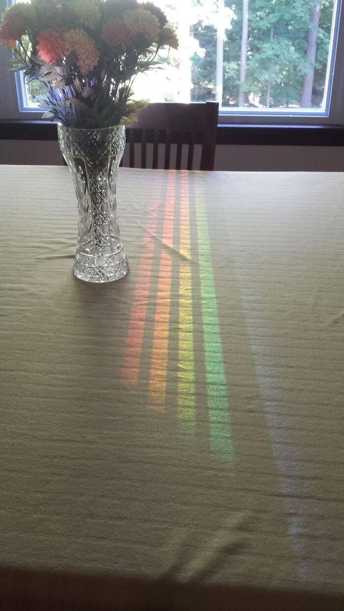 Цветовой спектр, отразившийся от окна в столовой и прошедший через спинку стула