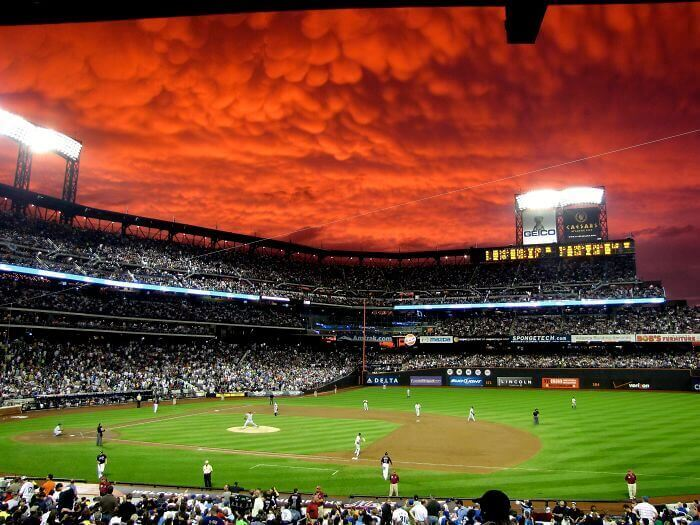 Небо над бейсбольным стадионом Сити-Филд после сильного шторма