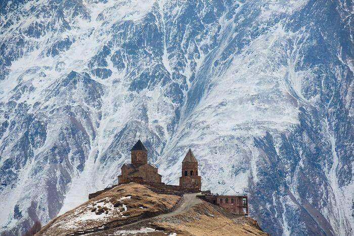 Церковь в Грузии и гора за ней