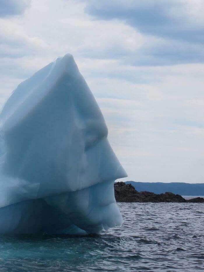 Этот айсберг похож на Бэтмена