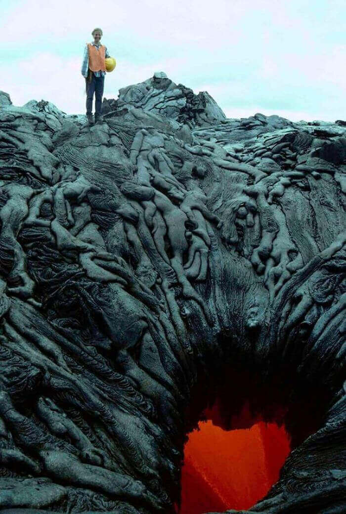 Застывшая лава, напоминающая по форме груду тел, падающих в раскалённые бездны ада