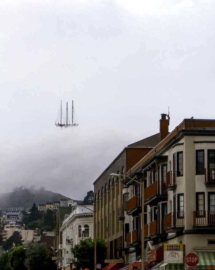 Башня Сютро в Сан-Франциско, чья вершина напоминает часть парящего в воздухе Летучего Голландца