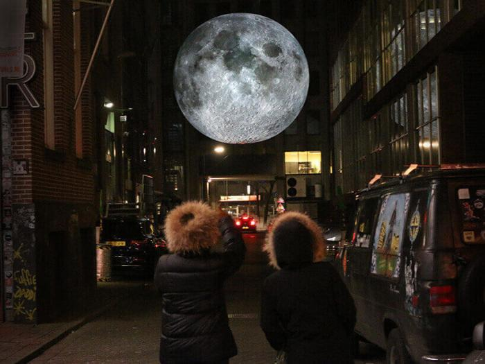 7-метровая Луна Люка Джеррама путешествует по миру