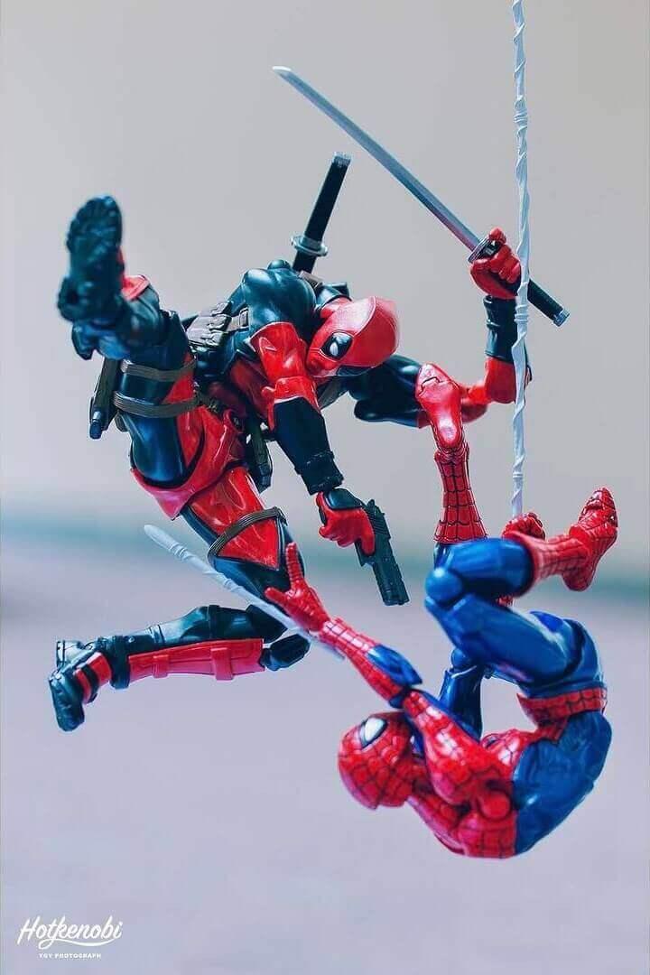 человек паук и дэдпул сражаются