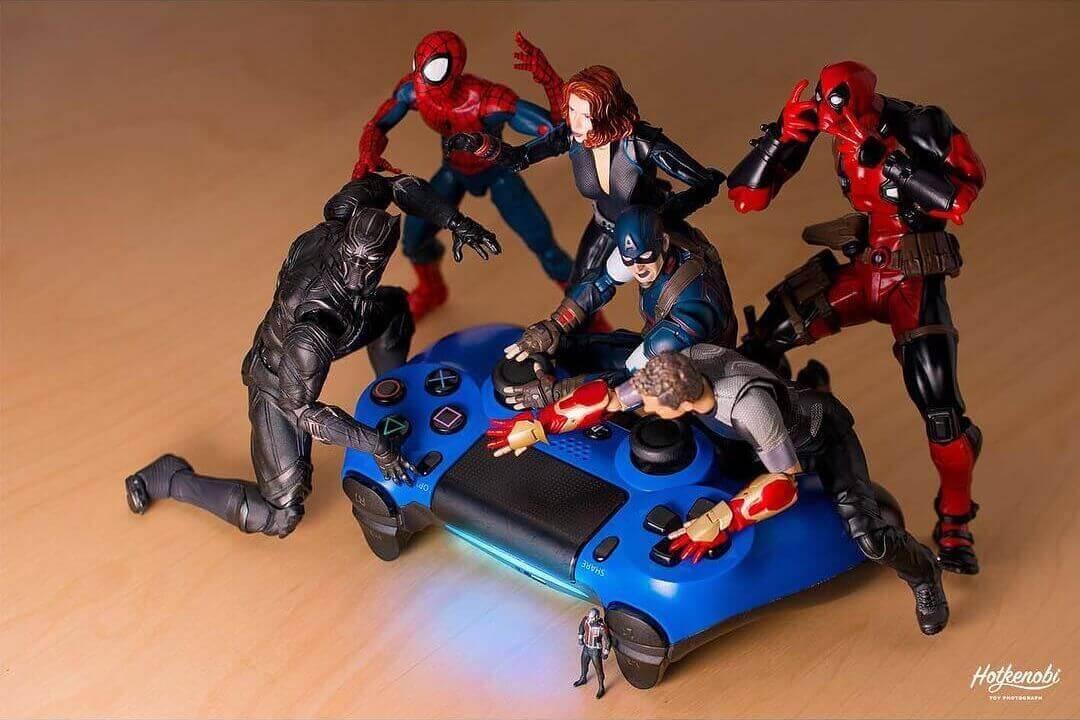супергерои играют в приставку