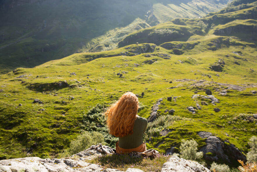 Кирсти медитирует на лоне холмов Гленко