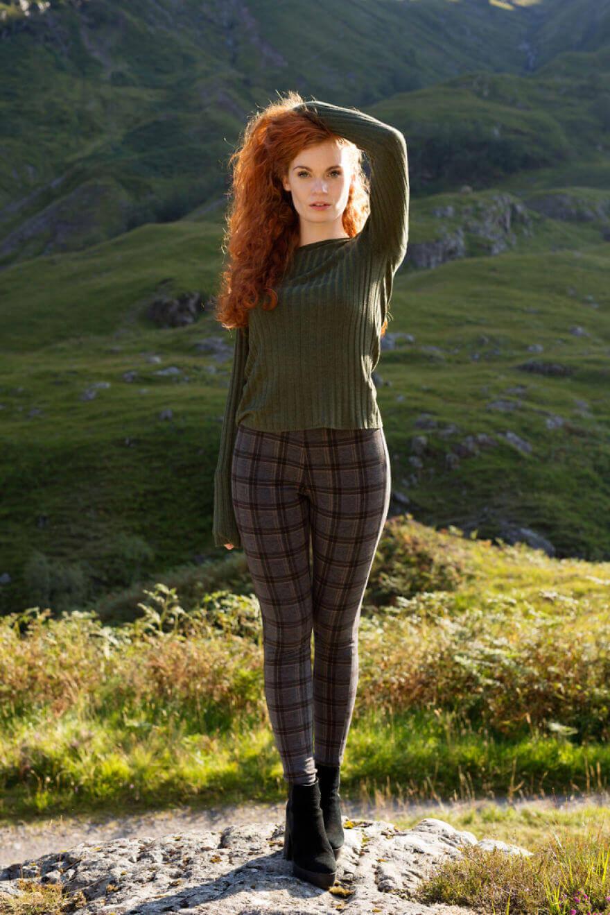 Кирсти на фоне живописной шотландской долины Гленко