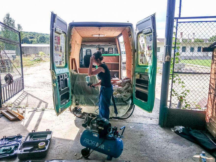 дом на колесах из фургона, покраска