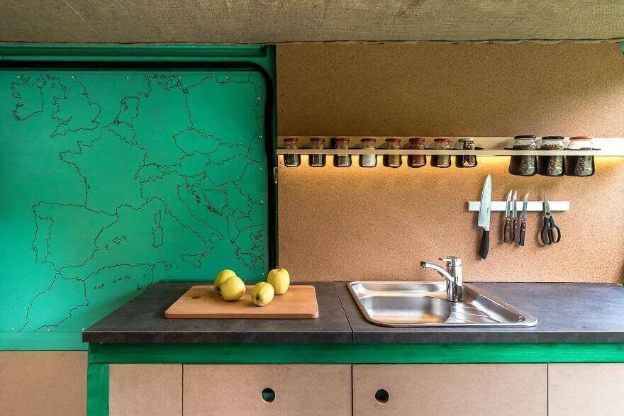 дом на колесах из фургона, обустроенная кухня с раковиной