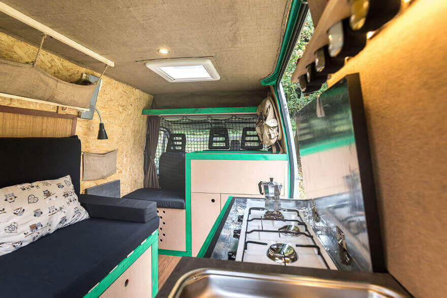 трехконфорочная газовая плита, дом на колесах