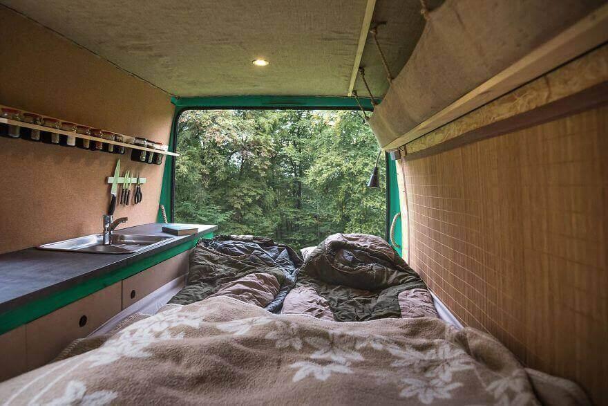 двуспальная кровать, дом на колесах из фургона
