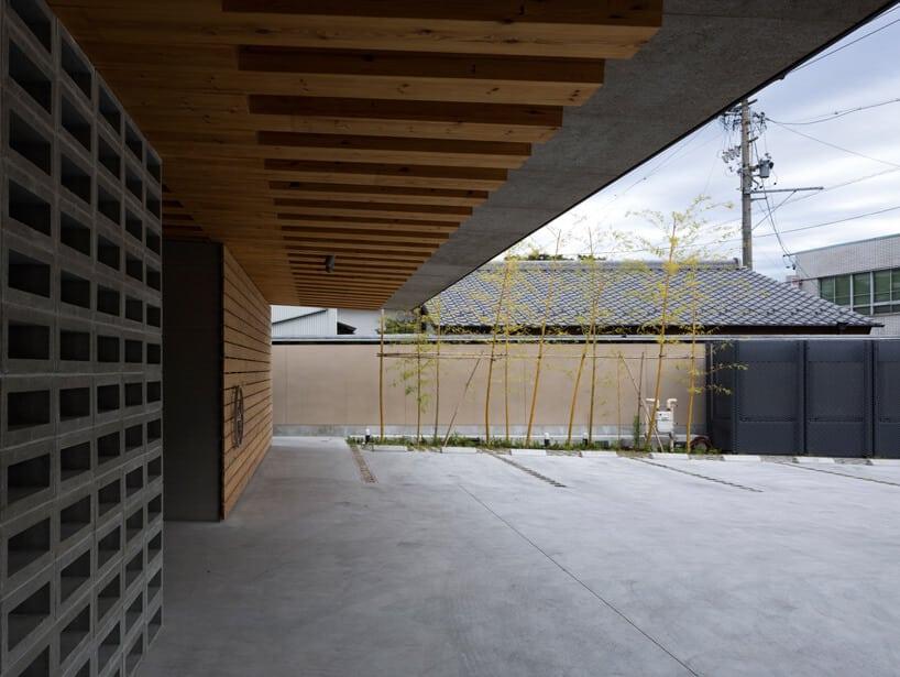 школа с широкой крышей в Тирю