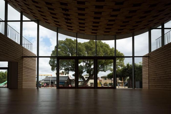 Проект школы с широкой крышей в городе Тирю