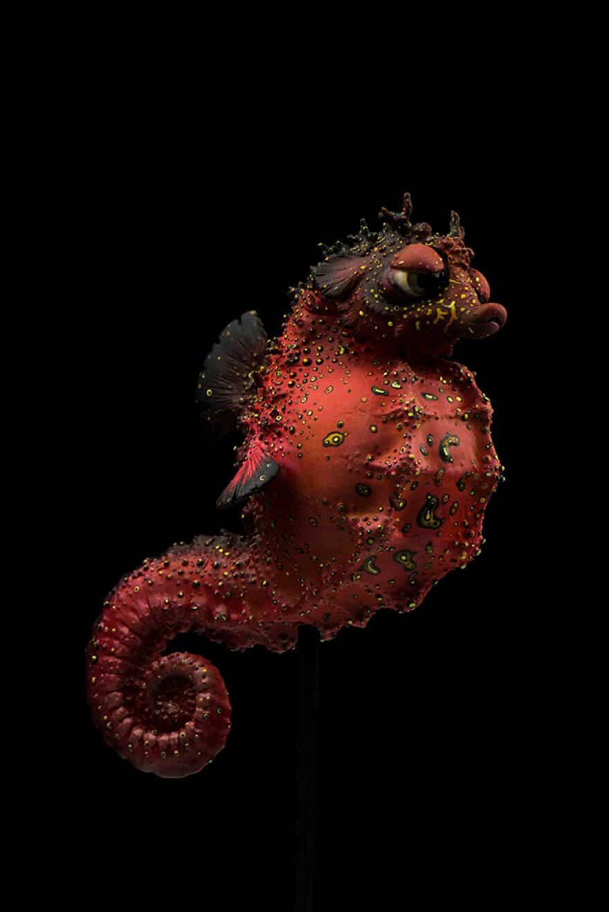 Скучающий красный морской конек