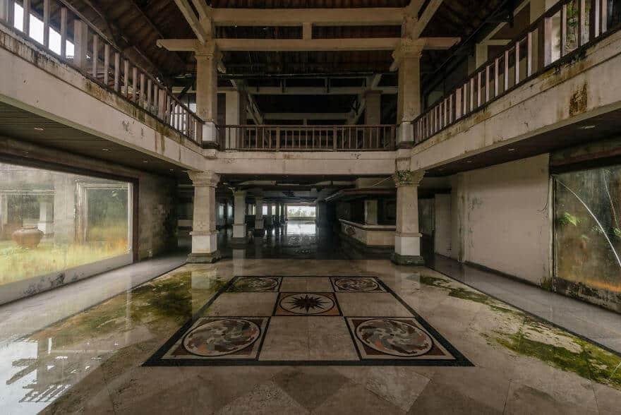 Заброшенный отель на Бали, населенный призраками