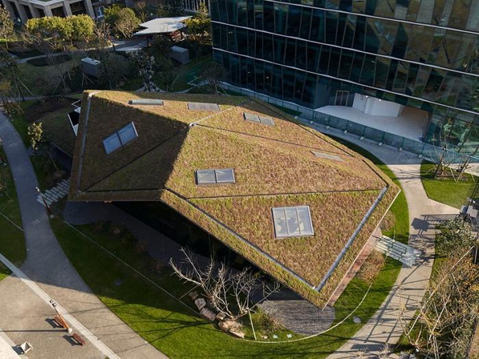 Здание в Шанхае со сложенной зеленой крышей