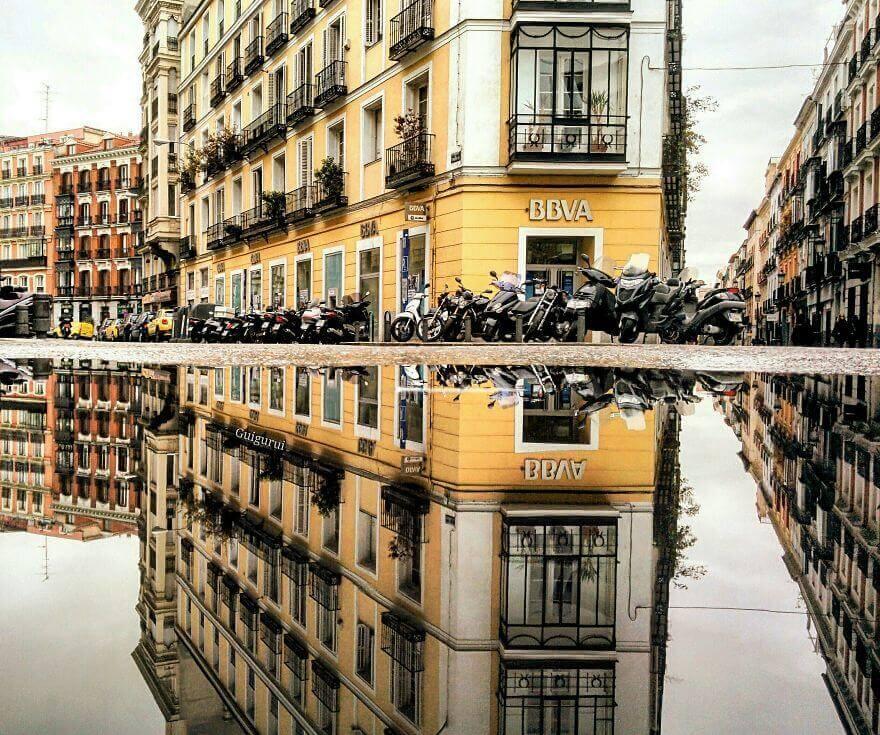 города в отражении лужи, Мадрид, Испания