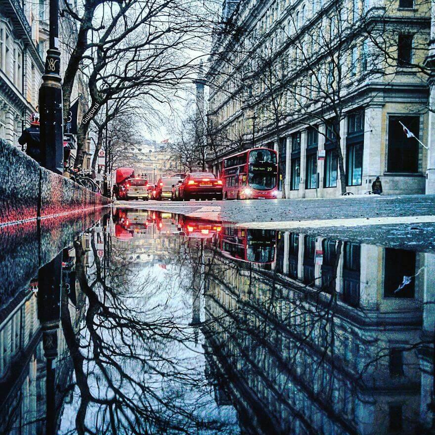 города в отражении лужи, Лондон, Англия