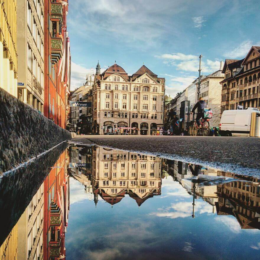 города в отражении лужи, Базель, Швейцария