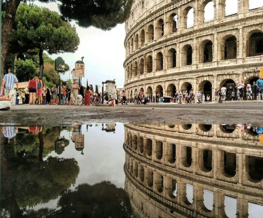 города в отражении лужи, Рим, Италия