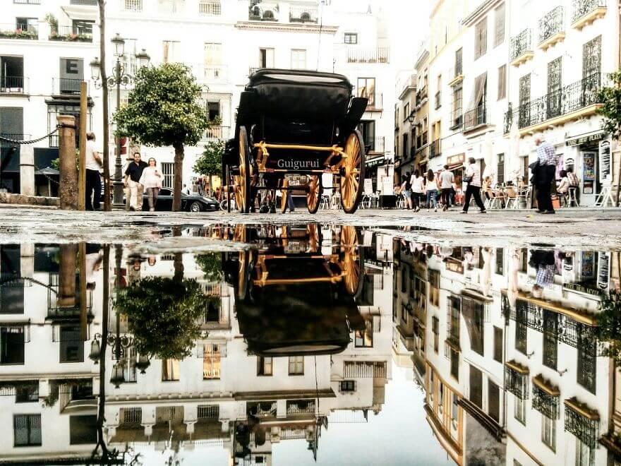 города в отражении лужи, Севилья, Испания