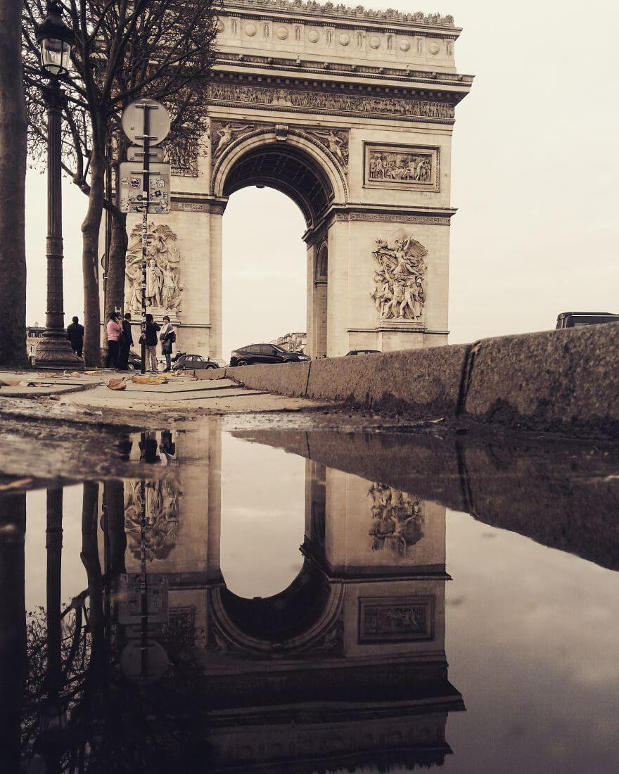 города в отражении лужи, Париж, Франция