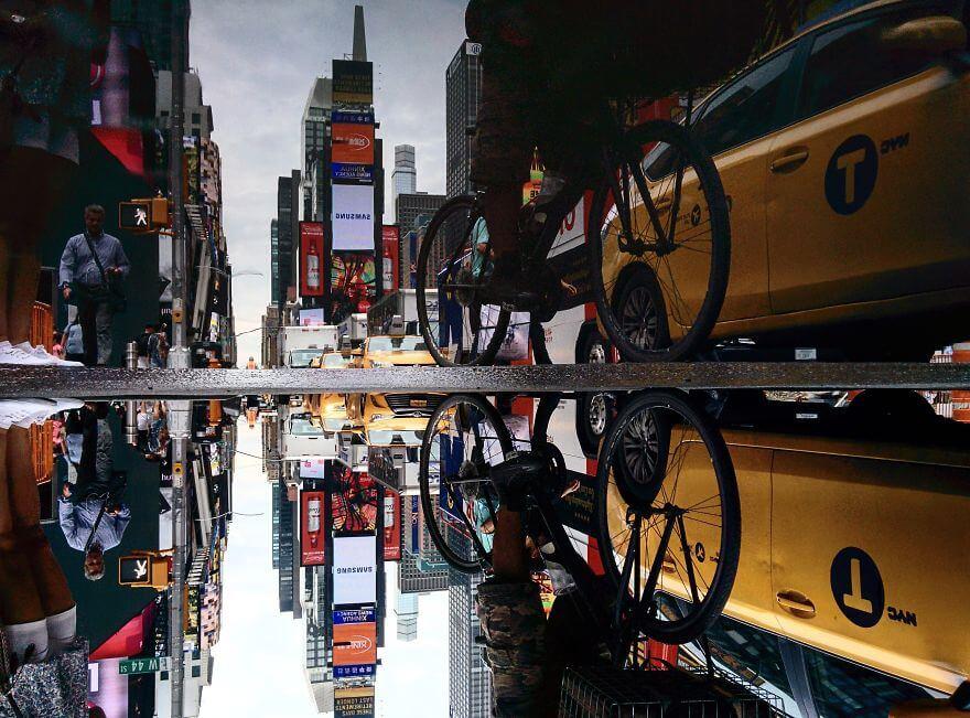 города в отражении лужи, Нью-Йорк, США
