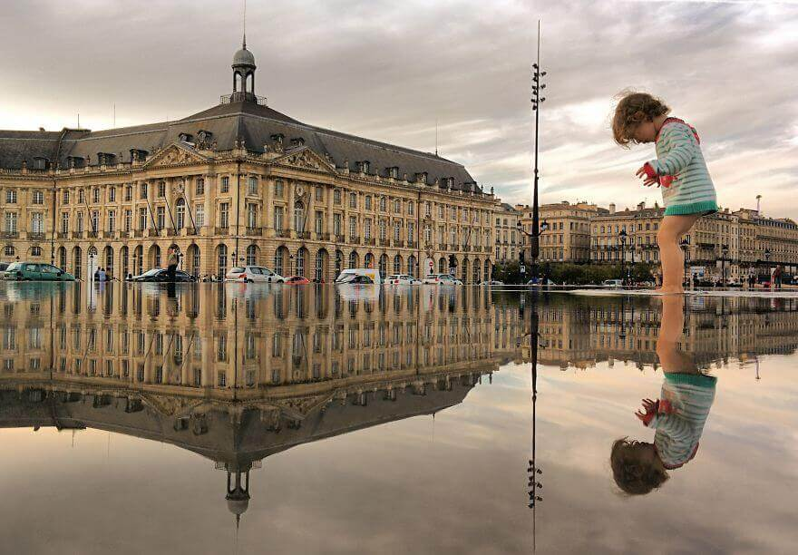 города в отражении лужи, Бордо, Франция