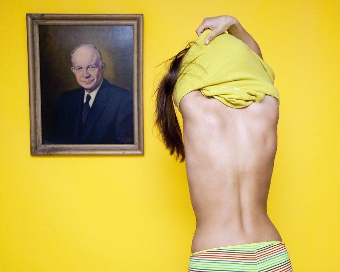 нелепые законы США, фото 2, запрет раздеваться перед мужским портретом в Огайо