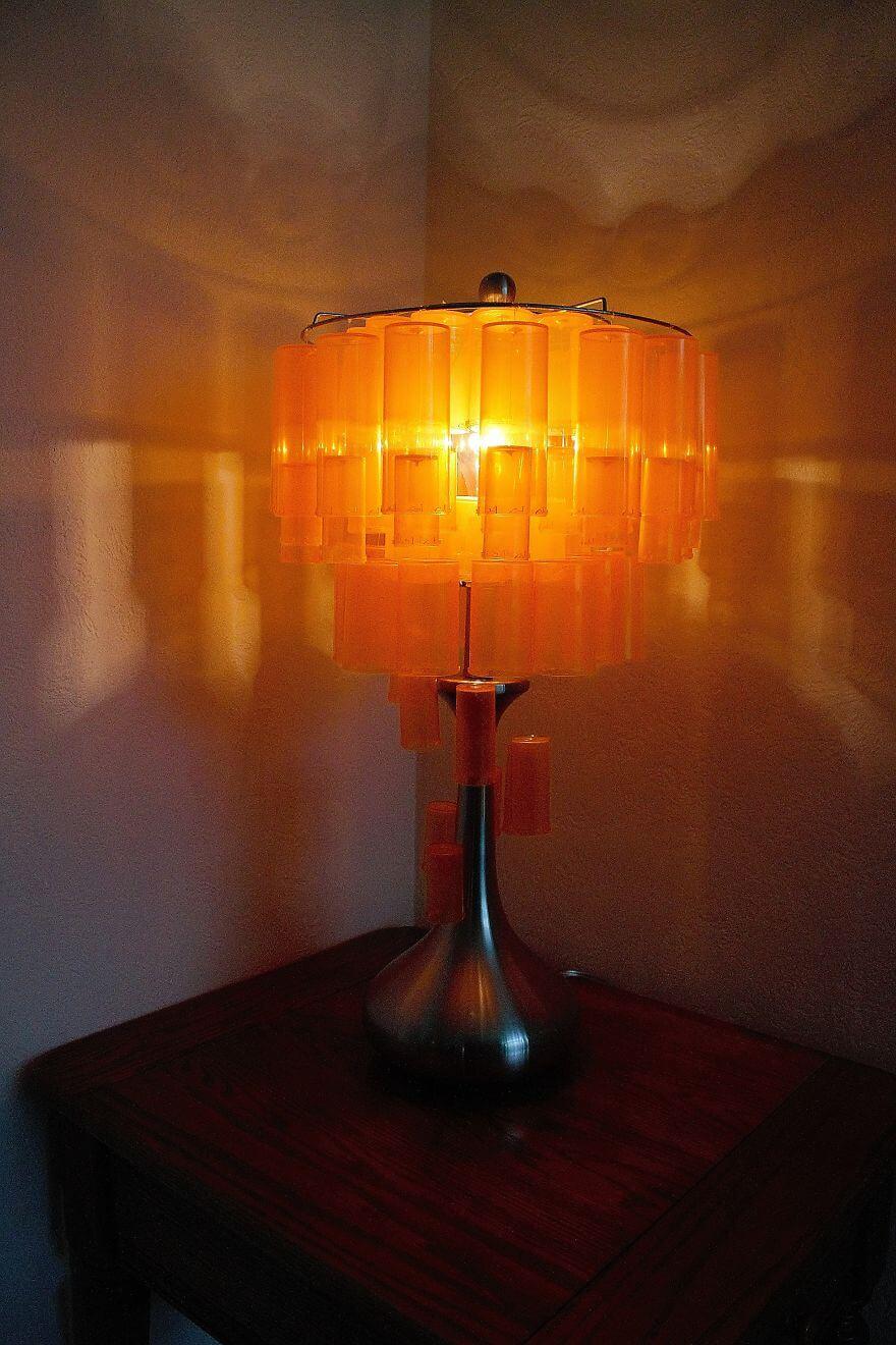 преобразование старой лампы из пустых банок от лекарств