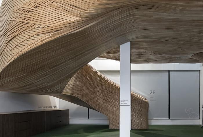 Гигантская бамбуковая лестница для офиса Elephant Parade