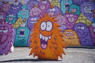 12 уличных художников собрались вместе, чтобы заполнить центр Лас-Вегаса яркими настенными росписями