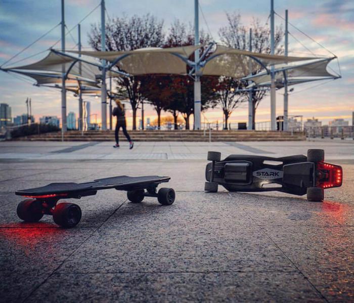 Электрический скейтборд Stark Mobility управляется с помощью датчиков веса и движения