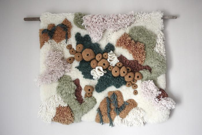 Текстиль из природных материалов от Ванессы Баррагао демонстрирует экосистемы воды и суши