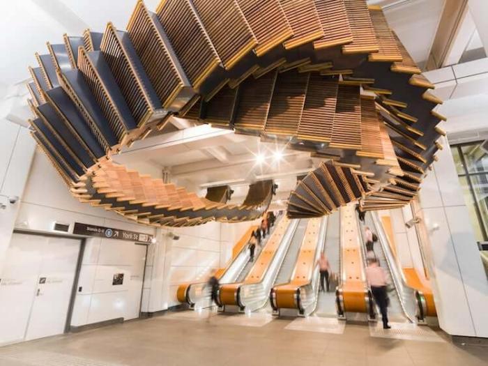 Инсталляция из 80-летних деревянных эскалаторов