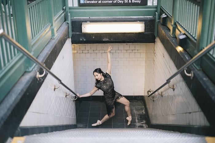 Запечатление грации и элегантности танцоров балета на городских улицах по всему миру