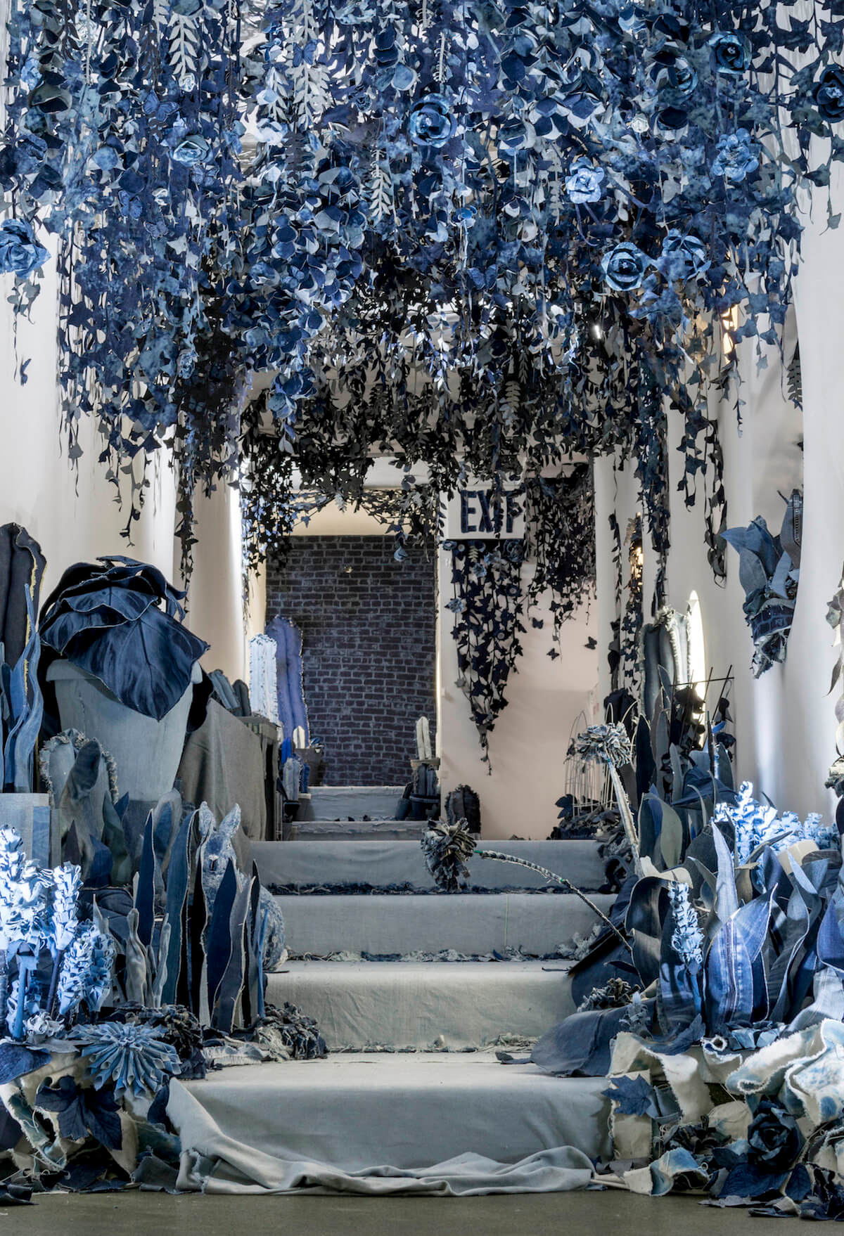 Инсталляция из джинсов, фото 2