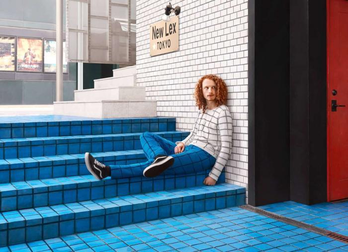 Уникальные вязаные свитера сливаются с объектами городского ландшафта