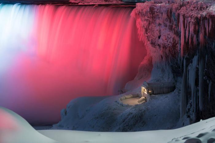 Светящийся Ниагарский водопад, попавший в январский мороз, запечатлен Адамом Клекоткой