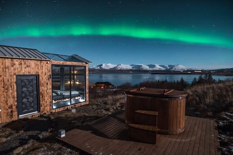 Исландский коттедж с панорамными окнами, северное сияние, фото 1