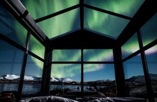 Исландский коттедж с панорамными окнами. Любуйтесь северным сиянием, не вставая с кровати